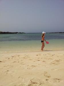 Niña en la playa jugando