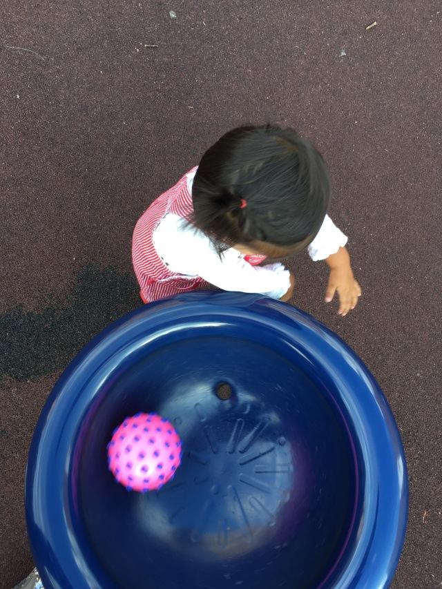 Lola jugando en los columpios